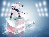 Tsjechische Republiek - het spel van Letland. Spunky hockeyspeler op ijsblokje Stock Foto
