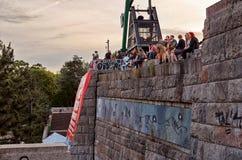 Tsjechische Republiek Mensen dichtbij het metronoom in Praag 14 Juni 2016 Stock Foto's