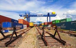 TSJECHISCHE REPUBLIEK, NYRANY, 27 APRIL, 2015: De terminal van de Nyranycontainer De industriële containers van de kraanlading Stock Foto's