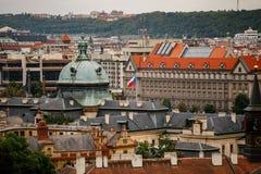 Tsjechische Republiek, Praag, 25 Juli, 2017: Panorama van de stad Rode Daken van huizen en structuren van de oude stad in summe royalty-vrije stock foto