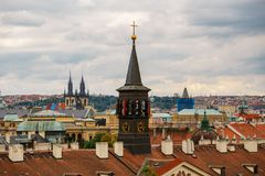 Tsjechische Republiek, Praag, 25 Juli, 2017: Panorama van de stad Rode Daken van huizen en structuren van de oude stad in summe Royalty-vrije Stock Afbeelding