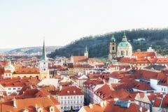 Tsjechische republiek, Praag - Saint Nicolaskerk en daken van Le Stock Foto