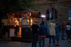Tsjechische Republiek praag Tyrdelniki op de nachtstraat 14 Juni 2016 Royalty-vrije Stock Foto's