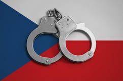 Tsjechische vlag en politiehandcuffs Het concept naleving van de wet in het land en bescherming tegen misdaad royalty-vrije stock fotografie