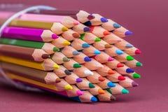 ?tskilliga f?rgade blyertspennaspetsar som v?nder mot v?nstersida royaltyfria bilder