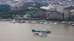 ?tskilliga pr?m som seglar l?ngs floden till och med Shanghai porslin shanghai lager videofilmer
