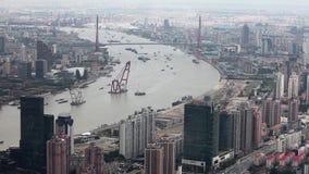 ?tskilliga pr?m som seglar l?ngs floden till och med Shanghai porslin shanghai arkivfilmer