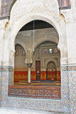 Åtskilliga utsmyckade bågar av den Bou Inania madrasaen i Fez, Marocko Royaltyfria Foton
