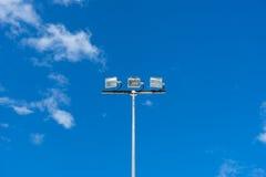Åtskilligt sportljus med blå bakgrund Fotografering för Bildbyråer
