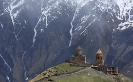 Tsminda Sameba修道院, Kazbegi,英王乔治一世至三世时期军用高速公路, Ge 免版税库存照片