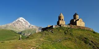 Tsminda Sameba - Heilige Drievuldigheidskerk, panorama, Georgische Gergeti, stock foto