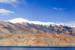 TSO azul Moriri con las montañas blancas, Ladakh, la India Imagen de archivo libre de regalías