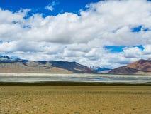 Tso Kar Lake med korkad bergbakgrund för snö, Leh, Ladakh Arkivfoto