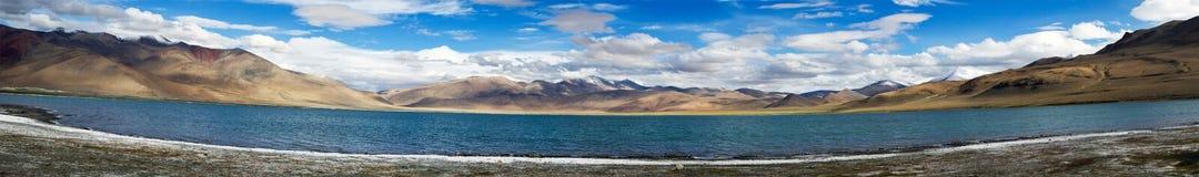 Tso Kara halna jeziorna panorama z górami i niebieskim niebem Zdjęcie Royalty Free