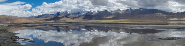 TSO Kare del lago mountain con l'immagine di specchio sulla superficie: nell'acqua rifletta la catena delle alte montagne e dei c Immagine Stock Libera da Diritti