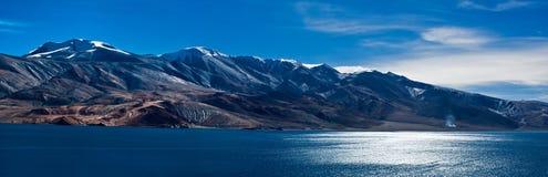 Tso Moriri湖的早晨全景。印度 免版税库存照片