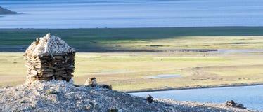 Tso Moriri halny jezioro z Buddyjską stupą przy forefron Obrazy Royalty Free