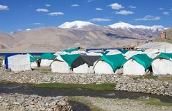 Am Tso Moriri See in Ladakh kampieren, Indien stockfotografie