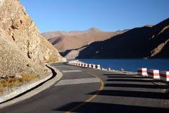 tso sceniczny lake road yamdrok Obrazy Royalty Free