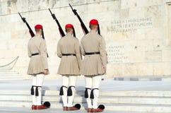Tsolias ou connu comme Evzones est garde présidentielle historique Syntagma de Greeces images libres de droits