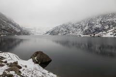 Tsomgo Changu sjö i Sikkim i vinter Det är en sakral naturlig sjö Arkivbild