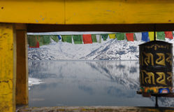 Tsomgomeer in kader van gebedwiel en brug, Sikkim, India Stock Afbeeldingen