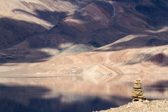Tsomoriri mountain lake with stupa on the front Stock Photography