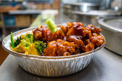 中国与菜的食物一般tsos鸡 免版税库存图片