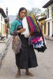 Tsotsil-Frau, die touristische Andenken verkauft Stockfotos