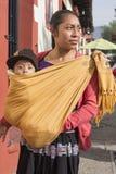 Tsotsilvrouw met baby in sjaal Royalty-vrije Stock Fotografie