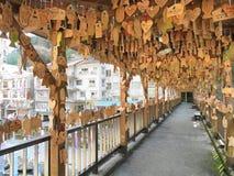 TSUETATE JAPAN - APRIL 1, 2017: önska plattor som hängs på den Momiji bron Royaltyfria Foton