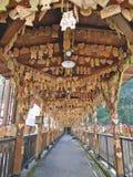 TSUETATE JAPONIA, KWIECIEŃ, - 1, 2017: Ema lub kształtujący cedr życzy plakiety wieszać przy Momiji mostem lub klonu mostem w Tsu obrazy stock