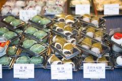 Tsukiji-Markt - Japan, am 24. Februar 2016:: Popu Daifuku Mochi Lizenzfreie Stockbilder