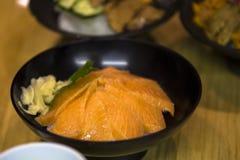 Tsukiji rybi rynek Tokio Japonia, Japońska surowa ryba i denny czesak, rozprzestrzeniamy na górze ryż fotografia stock