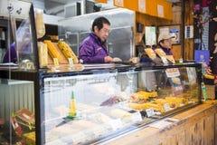 Tsukiji rynek - Japonia, Luty 24, 2016: Tamagoyaki, Japa - Zdjęcie Royalty Free
