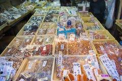 Tsukiji rynek - Japonia, Luty 24, 2016: Wysuszone owoc dla e Zdjęcie Stock