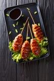 Tsukune kurczaka Japońscy klopsiki skewered dalej i typowo piec na grillu nad węglem drzewnym w górę talerza, Pionowo odg?rny wid fotografia stock