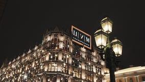 TsUM大厦在晚上,装饰用闪光灯 股票视频