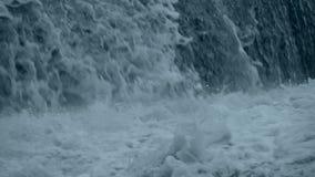 Tsunami ist eine riesige weiße Welle stock footage