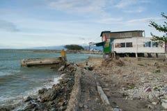 Tsunami in Palu beschädigte Straße und Häuser stockfotografie