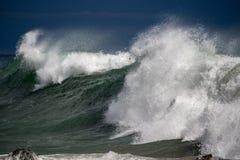 Tsunami tropische orkaan op het overzees stock afbeeldingen
