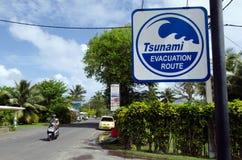Tsunamievakueringsrutt i den Rarotonga kocken Islands Arkivfoto