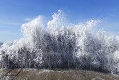 Vinka av bevattnar tsunami Arkivbilder