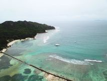 Tsunamiwand in neugieriger Insel stockfotos