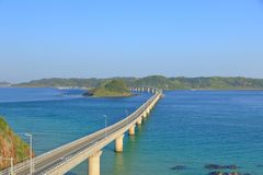 Tsunoshima Ohashi bro i morgonen arkivbilder