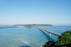 Tsunoshimaen Ohashi är en lång och härlig bro i den Shimonoseki staden, den Yamaguchi prefekturen, Japan arkivfoton
