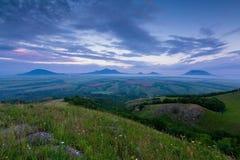 TSunset auf Berg Lysogorka mit Ansichten des Bergs Beshtau stock video footage