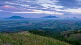 TSunset auf Berg Lysogorka mit Ansichten des Bergs Beshtau stock footage
