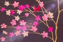 Tsuru Origami i Czereśniowy okwitnięcie fotografia royalty free