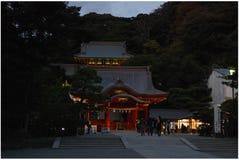 Tsurugaoka Hachiman顾寺庙在晚上 免版税图库摄影